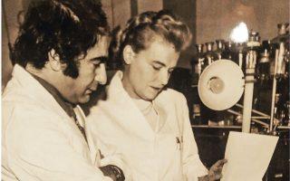 Στη φωτογραφία, ο καθηγητής Γρηγοριάδης με τη βιοχημικό Brenda Ryman σε εργαστήριο στο Royal Free Hospital School of Medicine, το 1971.