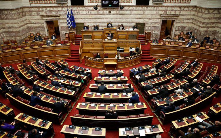 Σύγκρουση, αλλά και πεδία συναίνεσης στη Βουλή