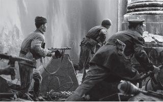 Ανδρες του Κόκκινου Στρατού (αναπαράσταση στο μουσείο του «Μεγάλου Πατριωτικού Πολέμου» στη Μόσχα) σε οδομαχίες στο Βερολίνο το 1945, μία από τις πολλές μάχες που ο Βασίλι Γκρόσμαν κάλυψε ως πολεμικός ανταποκριτής. Φωτ. SHUTTERSTOCK