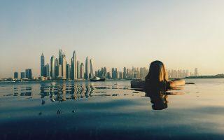 Κολύμπι στην πισίνα, με απεριόριστη θέα στην πόλη και στο ηλιοβασίλεμα του Ντουμπάι. © Sapho Marekovic / EyeEm/ Getty Images/ Ideal Image