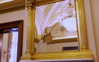 Οι επιδρομείς στο γραφείο της Νάνσι Πελόσι δεν είχαν μόνο τον καθρέπτη της για στόχο. (Φωτ.: Αssociated Press)