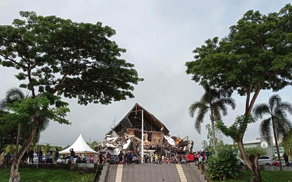 indonisia-ischyros-seismos-me-dekades-nekroys-kai-traymaties1