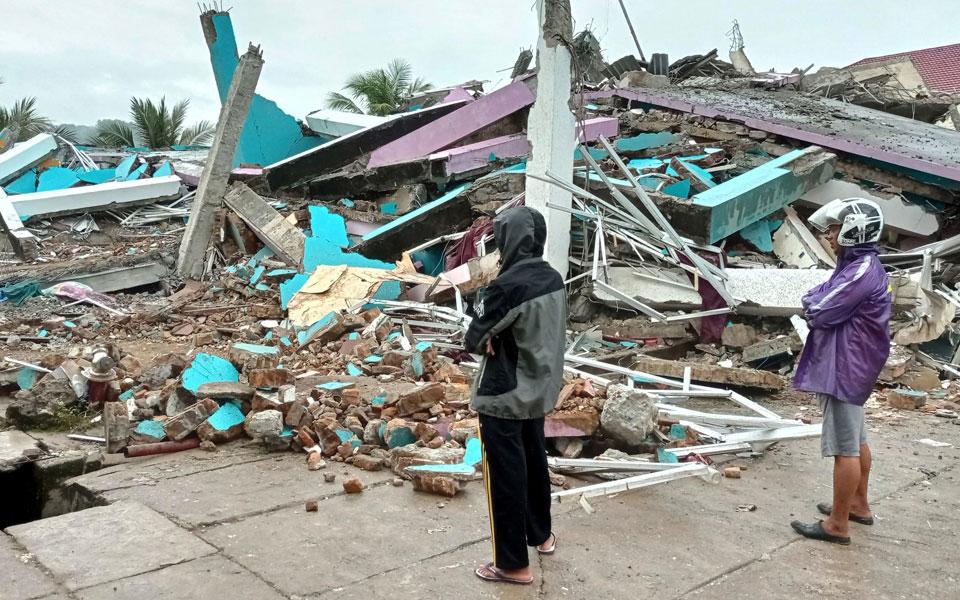 indonisia-ischyros-seismos-me-dekades-nekroys-kai-traymaties2