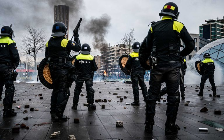 Ολλανδία: Τρίτη μέρα συγκρούσεων μετά την επιβολή απαγόρευσης κυκλοφορίας