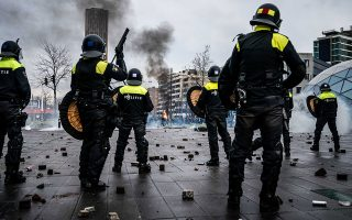 Συγκρούσεις διαδηλωτών με αστυνομικές δυνάμεις στο Αϊντχόφεν και σε άλλες ολλανδικές πόλεις (φωτ. EPA/ROB ENGELAAR).
