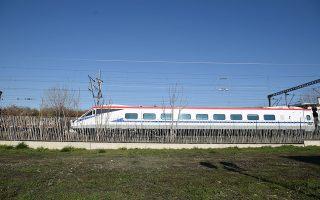 Το πρώτο «Λευκό Βέλος» στο μηχανοστάσιο της ΤΡΑΙΝΟΣΕ στη Θεσσαλονίκη. Το συγκεκριμένο τρένο μπορεί να κινείται με 200 χλμ./ώρα, ταχύτητα που θα αργήσουμε πολύ να δούμε στο σιδηροδρομικό δίκτυο της Ελλάδας.  Φωτ. INTIME NEWS / ΓΙΑΝΝΗΣ ΠΑΠΑΝΙΚΟΣ