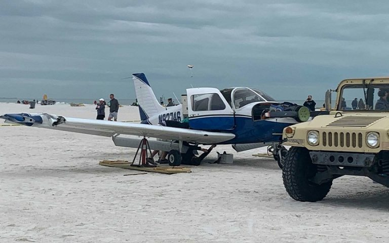 Αναγκαστική προσγείωση σε… παραλία (βίντεο)