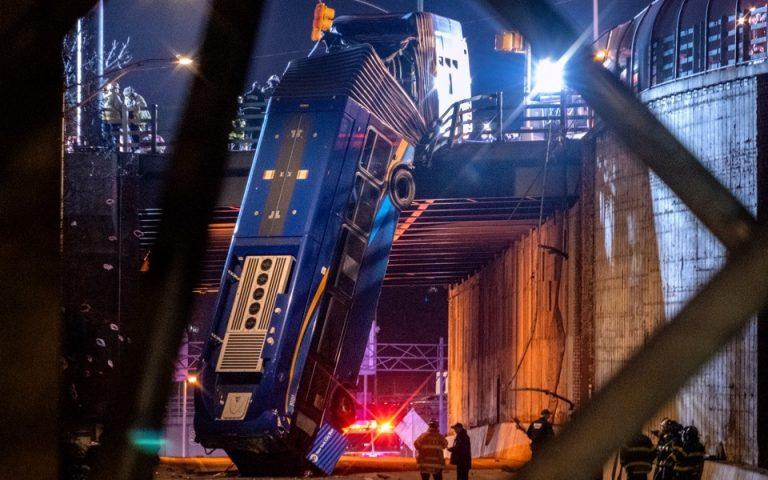 Ν. Υόρκη: Αρθρωτό λεωφορείο έμεινε να κρέμεται από γέφυρα (βίντεο)