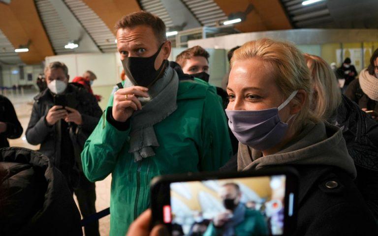 Υπό κράτηση ο Ναβάλνι μετά την άφιξή του στη Μόσχα