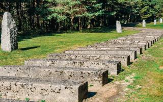 Tο μνημείο εκεί όπου βρισκόταν το στρατόπεδο συγκέντρωσης της Τρεμπλίνκα. Υπολογίζεται ότι στις εγκαταστάσεις του δολοφονήθηκαν περισσότεροι από 900.000 άνθρωποι – οι ναζί εκκενώνοντάς το, καλοκαίρι του 1944, λίγο πριν από την είσοδο του Κόκκινου Στρατού, κατέστρεψαν όλα τα αρχεία.  Φωτ. SHUTTERSTOCK