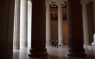 Το Lincoln Memorial στα μέσα Μαρτίου, άλλη μία εικόνα ερήμωσης λόγω των λοκντάουν που «επέβαλε» η πανδημία.  © Alyssa Schukar/The New York Times