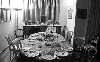 Η μοναξιά που ανέδειξε η πανδημία γίνεται ακόμα πιο έντονη τις γιορτινές, παραδοσιακά οικογενειακές ημέρες. Φωτ. ΙΩΑΝΝΑ ΓΕΩΡΓΟΠΟΥΛΟΥ