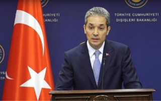 «Πριν προβεί σε τέτοιες δηλώσεις (σ.σ. για τα μειονοτικά δικαιώματα), ο Ελληνας υπουργός Εξωτερικών πρέπει να κοιτάξει στον καθρέφτη», ανέφερε ο εκπρόσωπος του υπουργείου Εξωτερικών της Τουρκίας Χαμί Ακσόι.