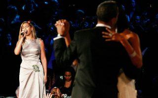 Για τον πρώτο χορό του Μπαράκ και της Μισέλ Ομπάμα τραγούδησε η Beyonce, μία από τις πολλές διασημότητες που συμμετείχαν στους εορτασμούς. Δεν υπήρχε, όμως, αντίστοιχη προθυμία από τους καλλιτεχνικούς κύκλους για την ορκωμοσία Τραμπ.