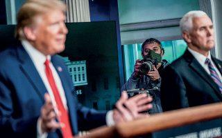 Ο ελληνικής καταγωγής φωτορεπόρτερ Τάσος Κατοπόδης εν δράσει, καλύπτοντας την ενημέρωση από τον απερχόμενο πρόεδρο Ντόναλντ Τραμπ και τον αντιπρόεδρο Μάικ Πενς.