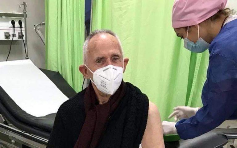 Η χαρά του Άλμπερτ Μπουρλά για τον εμβολιασμό του πεθερού του