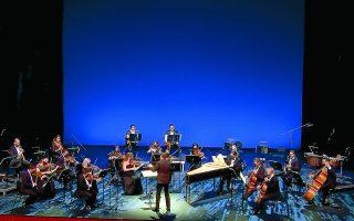 Ο Γιώργος Πέτρου και η Καμεράτα μετέδωσαν στο ακέραιο τη φωτεινή διάθεση της μουσικής.  Φωτ. screenshot