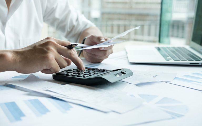 Οι φόροι του Ιανουαρίου: Τι αναστέλλεται, τι πληρώνεται στην ώρα του