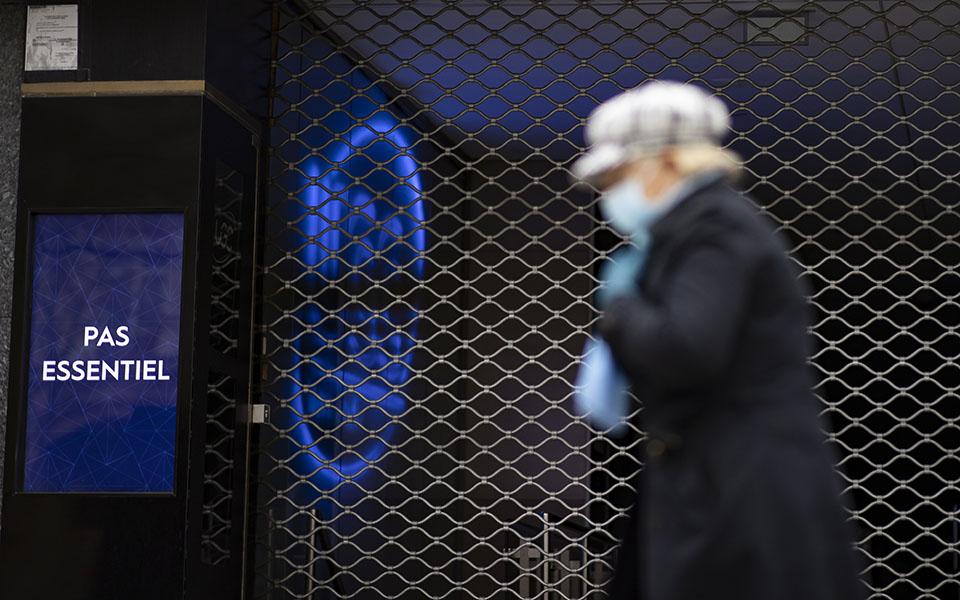 Χειρουργικές μάσκες προτείνει η γαλλική κυβέρνηση στους πολίτες