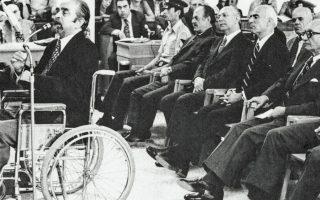 Ο συνταγματάρχης Δημ. Οπρόπουλος καταθέτει, σε αναπηρικό καροτσάκι, στη δίκη κατά των πρωταιτίων του πραξικοπήματος. Στην πρώτη σειρά των κατηγορουμένων διακρίνονται από αριστερά οι Γ. Παπαδόπουλος, Ν. Μακαρέζος, Στ. Παττακός, Γρ. Σπαντιδάκης. Πίσω τους ο Οδ. Αγγελής.