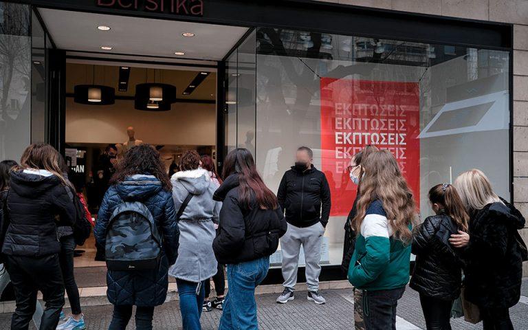 Ουρές στα καταστήματα σε Αθήνα και Θεσσαλονίκη (εικόνες)