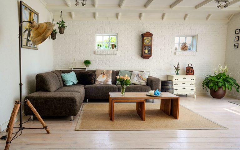 Χρώματα τοίχου για σαλόνι με γκρι καναπέ