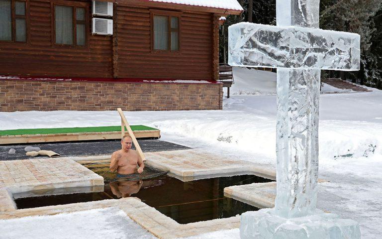 Ο Πούτιν βούτηξε στα παγωμένα νερά για τα Θεοφάνια (βίντεο)