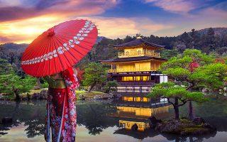 Το Κινκάκουτζι, ο «Ναός του Χρυσού Περιπτέρου», μνημείο της ιαπωνικής αρχιτεκτονικής του 15ου αιώνα, όπως ξαναχτίστηκε το 1955. (Φωτ. SHUTTERSTOCK)