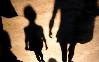 «Σύμφωνα με μελέτη 12 ερευνητικών ομάδων, τα παιδιά που ζουν εναλλάξ και με τους δύο γονείς εμφανίζουν καλύτερη σωματική και ψυχική υγεία, αναπτύσσουν πιο υγιείς διαπροσωπικές σχέσεις», λέει στην «Κ» η Χριστίνα Δάλλα, αναπληρώτρια καθηγήτρια Φαρμακολογίας στο ΕΚΠΑ και πρόεδρος στο Mediterranean Neuroscience Society (φωτ. SHUTTERSTOCK ).