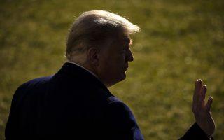 Η Washington Post περιέγραψε την ψυχική διάθεση του Ντόναλντ Τραμπ, την επομένη της παραπομπής του από τη Βουλή των Αντιπροσώπων, με τρεις λέξεις: «Απομονωμένος, αγέλαστος, εκδικητικός» (φωτ. EPA/Samuel Corum)