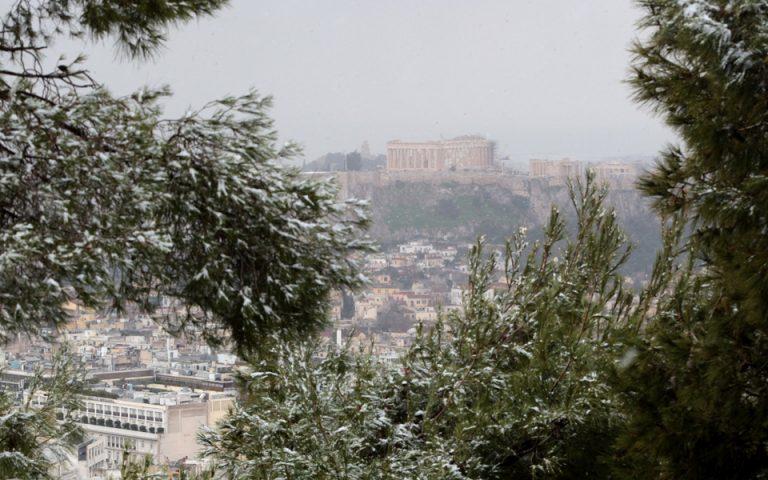 Ασθενής χιονόπτωση στο κέντρο της Αθήνας – Σταδιακή βελτίωση του καιρού