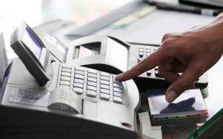 H φορολογική διοίκηση σχεδιάζει ειδική ηλεκτρονική εφαρμογή μέσω της οποίας οι φορολογούμενοι με το κινητό τους θα μπορούν να σκανάρουν τις χάρτινες αποδείξεις αμέσως μετά τη συναλλαγή με το κατάστημα ή τον επαγγελματία.