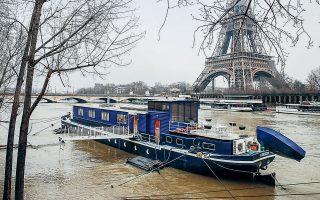 Καλύφθηκαν από τα νερά οι όχθες του Σηκουάνα στη γαλλική πρωτεύουσα, ύστερα από πολλές ημέρες ακατάπαυστης βροχής. Στο ανατολικό Παρίσι έχει ήδη σημάνει συναγερμός για το ενδεχόμενο νέων πλημμυρών. Ανάλογα φαινόμενα καταγράφηκαν σε ολόκληρη τη νοτιοδυτική Γαλλία, όπου κάποιες πόλεις μετατράπηκαν προσωρινά σε... Βενετία (φωτ. REUTERS / Benoit Tessier).
