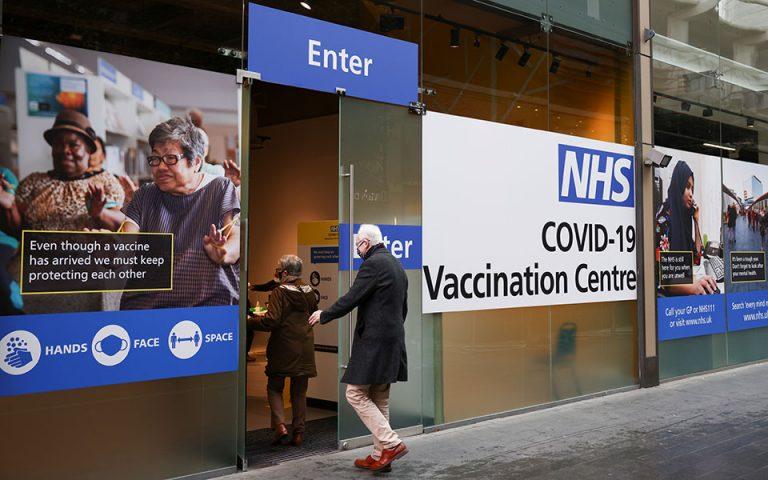 Προς ενισχυτική δόση και ετήσιο εμβολιασμό στη Βρετανία