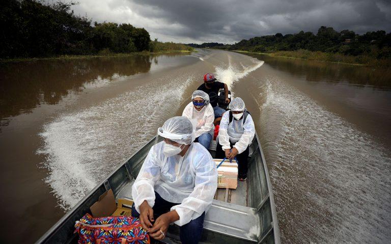 «Χάσαμε τόσο πολλούς»: Οι κάτοικοι του Αμαζονίου εμβολιάζονται