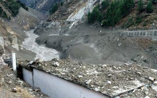 Αυτόπτης μάρτυρας είπε πως είδε ένα τείχος από σκόνη, βράχια και νερό να κατεβαίνει σαν χιονοστιβάδα την κοιλάδα του ποταμού (Φωτ. Reuters).