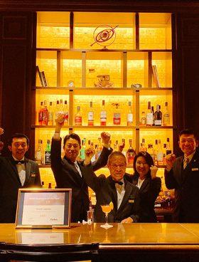 bartender-eton-80-ypallilos-tis-chronias0