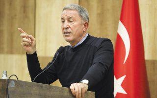 «Δυστυχώς αυτή είναι μία από τις πολλές παρενοχλήσεις τις οποίες κάνουν συχνά οι γείτονές μας. Συνέβη χθες (σ.σ. προχθές). Κι εμείς έχουμε δικούς μας κανόνες και στο πλαίσιο αυτό δόθηκε η απαραίτητη απάντηση», ανέφερε ο υπουργός Αμυνας της Τουρκίας Χουλουσί Ακάρ. (Φωτ. Turkish Defense Ministry via AP, Pool)