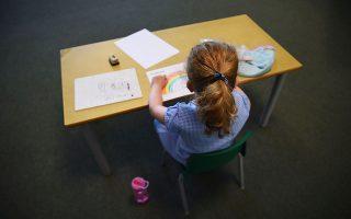 Οσο περισσότερο διαρκεί η τηλεκπαίδευση, τόσο μειώνεται ο χρόνος που αφιερώνουν οι μαθητές σε σχολικά καθήκοντα, σύμφωνα με έρευνα του βρετανικού Ινστιτούτου Δημοσιονομικών Μελετών. (φωτ. Kirsty O'Connor / PA via A.P.).