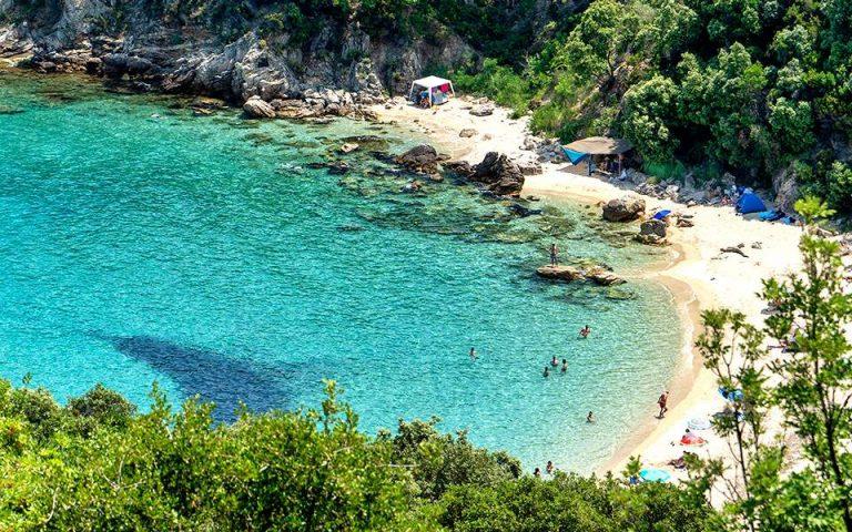 Οι μισοί Ελληνες αδυνατούν να πάνε διακοπές για μία εβδομάδα