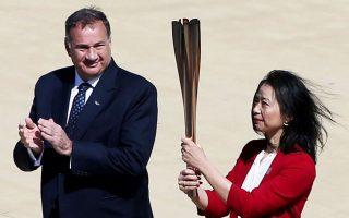 Ο κ. Καπράλος κατά την τελετή παράδοσης της Ολυμπιακής Φλόγας στην Ιαπωνία και στη Γιαπωνέζα πρώην κολυμβήτρια Ναόκο Ιμότο. «Εφόσον εξασφαλιστούν ασφαλείς συνθήκες, έχουμε υποχρέωση απέναντι στους αθλητές να διεξαχθούν οι Αγώνες», λέει ο Ελληνας «αθάνατος» (φωτ. INTIME NEWS).