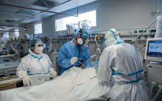Γιατροί και νοσηλευτές περιποιούνται έναν ασθενή με κορωνοϊό στη ΜΕΘ του ΑΧΕΠΑ. (Φωτογραφίες: Αλέξανδρος Αβραμίδης)