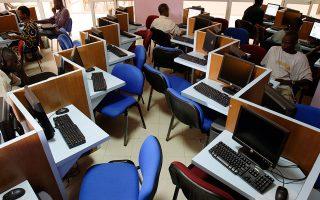 Τα δίκτυα Ιντερνετ που διαθέτει η Αφρική είναι υπερβολικά αργά και ακριβά αν θέλει κανείς να κάνει εντατική χρήση, όπως, για παράδειγμα, για υπηρεσίες νέφους ή για τις εφαρμογές βίντεο και τηλεδιασκέψεων (φωτ. AP Photo/Rebecca Blackwell).