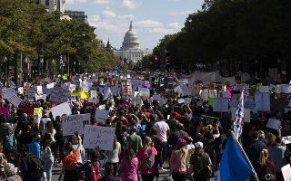 Ενώ το ελληνικό #MeToo βρίσκεται σε εξέλιξη, η εμπειρία της Αμερικής προσφέρεται για χρήσιμα μαθήματα. Στις ΗΠΑ το κίνημα, που ξεκίνησε από ένα διεξοδικό ρεπορτάζ, έδωσε ώθηση σε άτομα από όλους τους εργασιακούς χώρους να μιλήσουν για ιστορίες παρενόχλησης και κακοποίησης (φωτ. AP Photo/Jose Luis Magana).