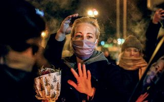 Η Γιούλια Ναβάλναγια απευθύνεται στα μέσα ενημέρωσης λίγο μετά τη σύλληψη του συζύγου της στο αεροδρόμιο Σερεμέτιεβο της Μόσχας. © Sefa Karacan/ Getty Images/ Ideal Image