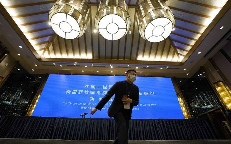 Υιοθετεί ο ΠΟΥ την κινεζική θεωρία ότι ο ιός προϋπήρχε της εξάπλωσης στη Γουχάν