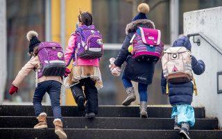 Για πρώτη φορά θεσπίζεται το τεκμήριο της επικοινωνίας με τον γονέα με τον οποίο δεν διαμένει το παιδί, στο 1/3 του συνολικού χρόνου της επικοινωνίας. (Φωτ. AP Photo/Michael Probst