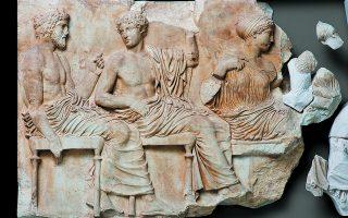 Ο λίθος VI από τη ζωφόρο της ανατολικής πλευράς του Παρθενώνα, συμπληρωμένος με το θραύσμα των χεριών της Aρτεμης και της Αφροδίτης που συγκόλλησε ο Γιώργος Δεσπίνης (φωτογραφία: Σ. Μαυρομμάτης).