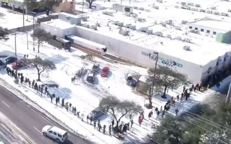 Ατέλειωτες ουρές στο χιόνι για ψώνια σε σούπερ μάρκετ στο Τέξας (βίντεο)
