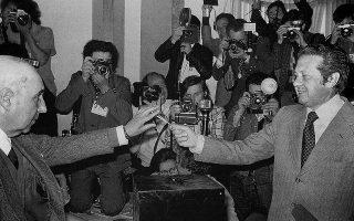 Στις εκλογές του 1975, παρά την επαναστατική έξαρση που επικρατούσε, οι περισσότεροι Πορτογάλοι ψήφισαν υπέρ της φιλελεύθερης δημοκρατίας, δίνοντας την πρωτιά στο Σοσιαλιστικό Κόμμα του Μάριο Σοάρες. Η φωτ., από τις κάλπες της επόμενης χρονιάς, όπου και πάλι επικράτησαν οι Σοσιαλιστές. (Φωτ. ASSOCIATED PRESS)